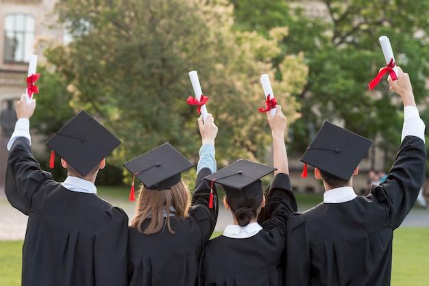 Graduatieconcept met studenten van erachter Premium Foto