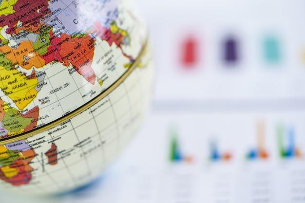 Grafiek ruitjespapier met globe wereld azië kaart. Premium Foto