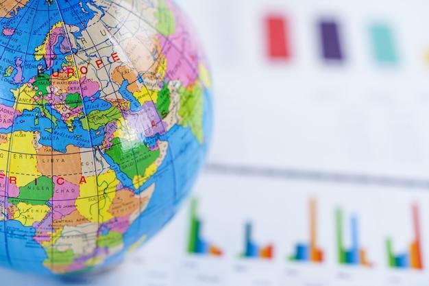 Grafiek ruitjespapier met globe wereld europa kaart. Premium Foto