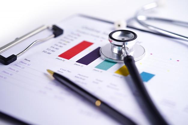 Grafiek van de stethoscoop, grafieken en grafieken. Premium Foto