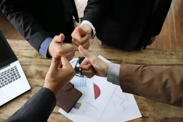 Grafiekdocument op tafel en teamwork join hands partnership concept-dekking hierboven Premium Foto