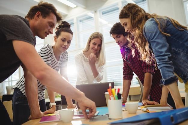 Grafisch ontwerpers in een vergadering Gratis Foto
