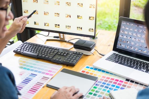 Grafisch ontwerpersteam die aan webontwerp werken Premium Foto