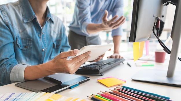 Grafisch ontwerpteam dat op kantoor werkt Premium Foto
