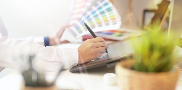Grafische creatieve ontwerper die in studiokantoor werkt Premium Foto