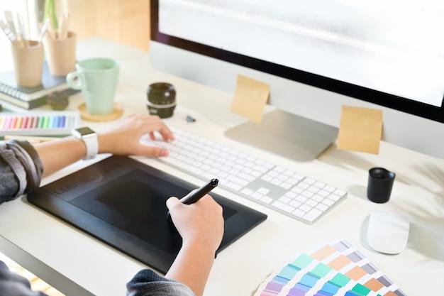 Grafische ontwerper die aan digitale tablet werkt. Premium Foto