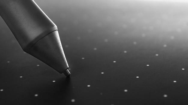 Grafische tabletpen op het oppervlak van het apparaat, close-upfoto. Premium Foto