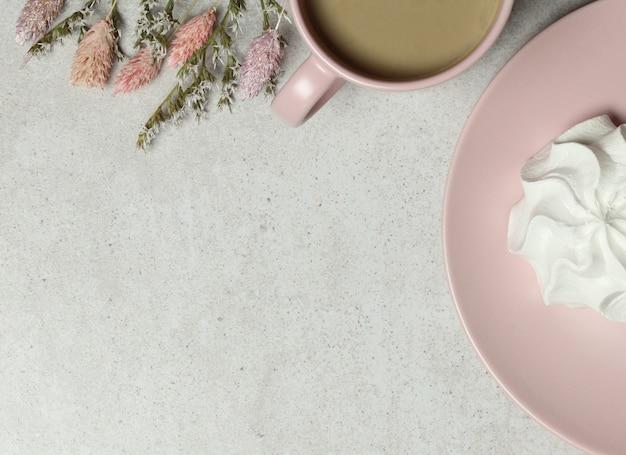 Granieten achtergrond met roze kopje koffie, marshmallow op granieten achtergrond Premium Foto