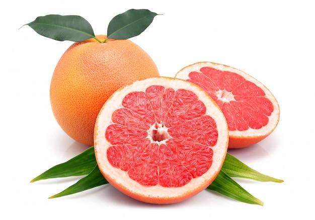 Grapefruitvruchten met gesneden besnoeiingen en groen blad Premium Foto