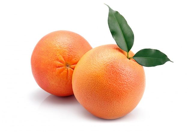 Grapefruitvruchten met groen geïsoleerd blad Premium Foto