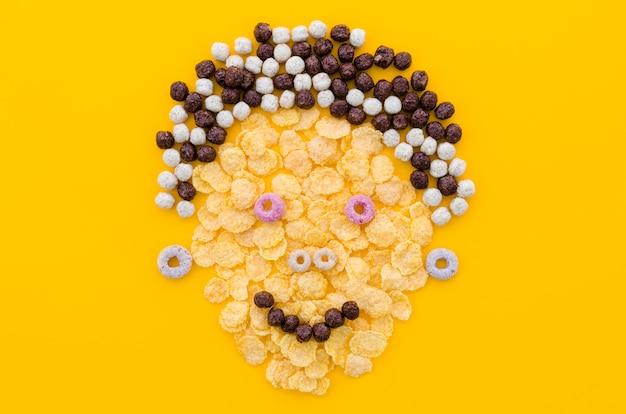 Grappig gezicht gemaakt met cornflakes en granen Gratis Foto