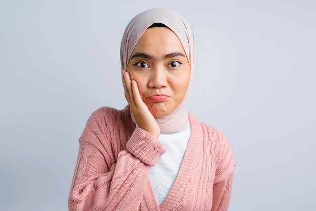 Grappig gezicht van mooie aziatische vrouw op wit Premium Foto