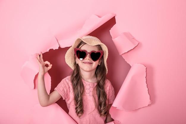 Grappig meisje met een bril op gekleurd Gratis Foto