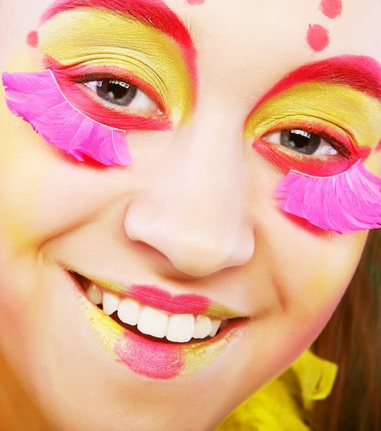 Grappig meisje met flamboyante make-up Premium Foto