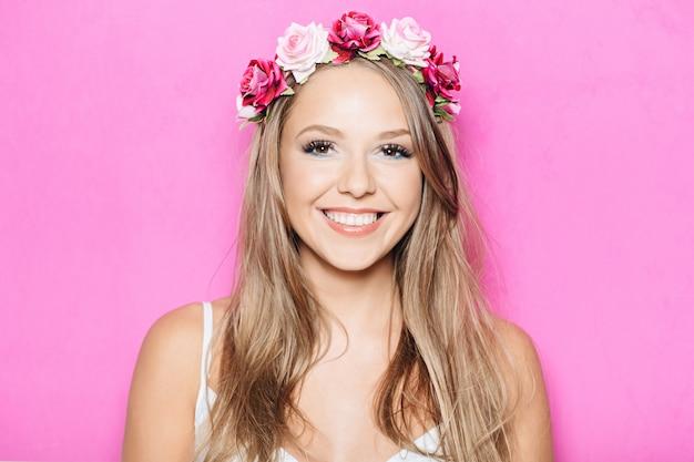 Grappig mooi meisje dat met tanden glimlacht Gratis Foto