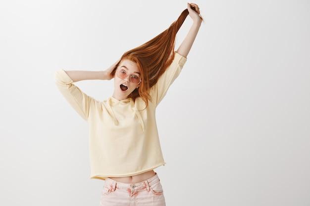 Grappig mooi roodharigemeisje dat haar omhoog trekt en schreeuwt Gratis Foto