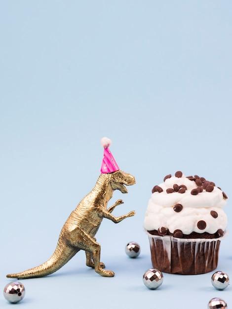 Grappig speelgoed t-rex met verjaardagshoed Gratis Foto