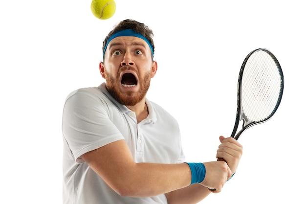 Grappige emoties van professionele tennisser geïsoleerd op een witte muur, opwinding in het spel Gratis Foto