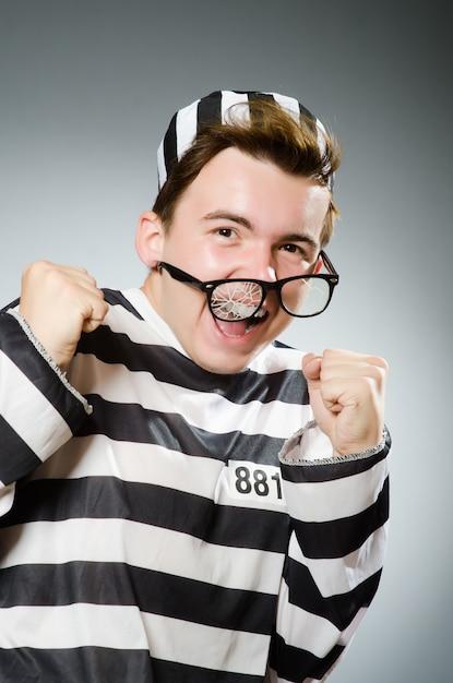 Grappige gevangene in gevangenisconcept Premium Foto