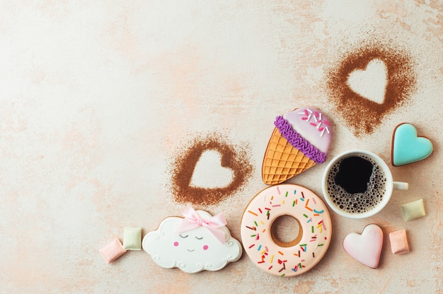 Grappige ijsje, donut, wolk en harten cookies met kopje koffie Premium Foto