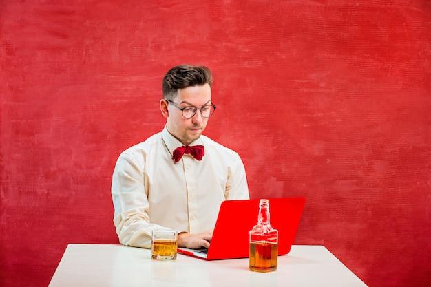 Grappige jongeman met laptop op st. valentijnsdag Gratis Foto
