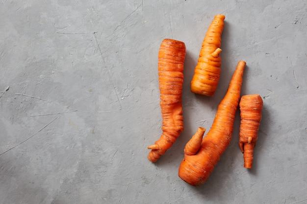Grappige monster lelijke wortelen. trendy lelijke biologische siamese wortelen uit de eigen tuin Premium Foto