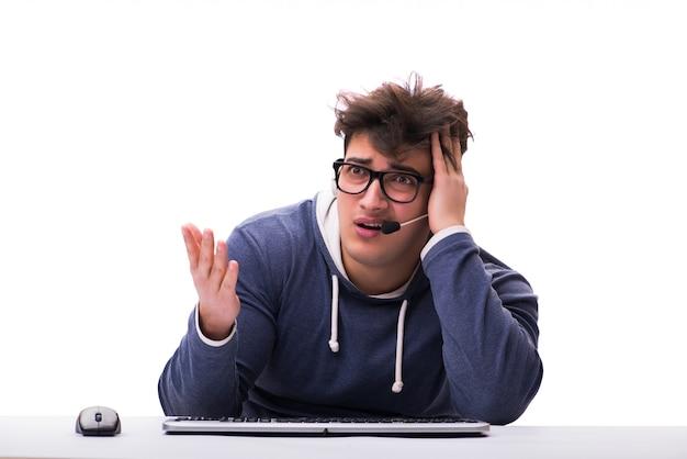 Grappige nerdmens die aan geïsoleerde computer werkt Premium Foto