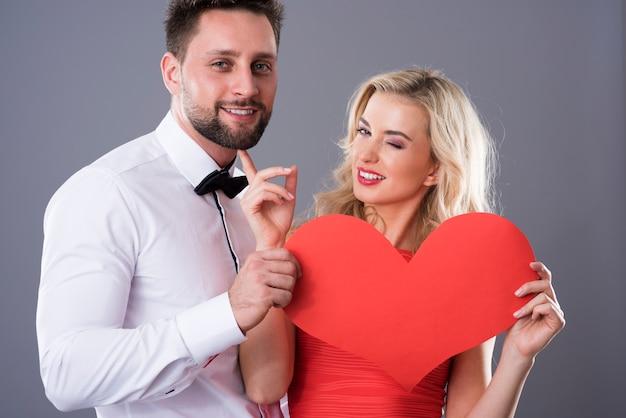 Grappige scène van man en vrouw met hart van papier Gratis Foto