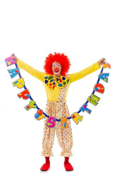 Grappige speelse clown in rode pruikenholding Premium Foto