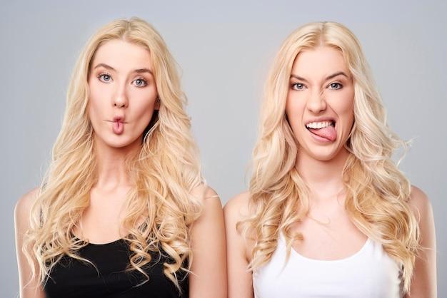 Grappige zusters in zwart-wit Gratis Foto