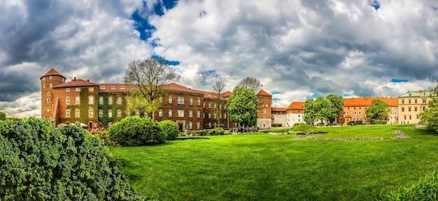 Grasveld in kasteel wawel, panoramisch uitzicht Premium Foto