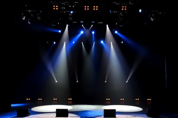 Gratis podium met verlichting, verlichtingsapparatuur. achtergrond. Premium Foto
