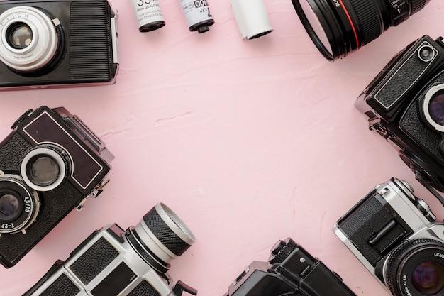 Grens van camera's en film op roze achtergrond Gratis Foto
