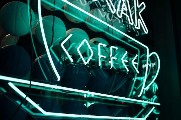 Griekse koffie lettertype teken in neonlichten Gratis Foto