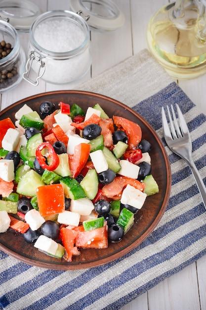 Griekse salade met tomaten, feta en olijven Premium Foto