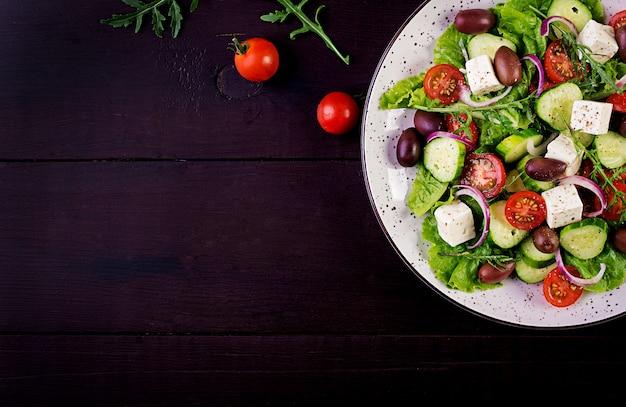 Griekse salade met verse groenten, feta-kaas en kalamata-olijven Gratis Foto