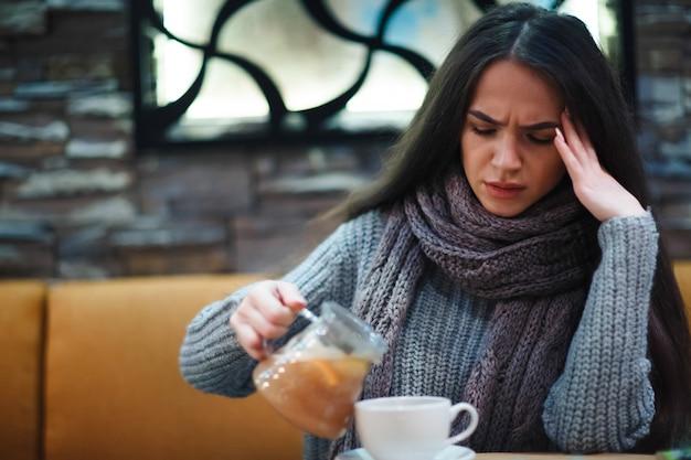 Griep verkoudheid of allergiesymptoom.zieke jonge vrouw met verkoudheid. Premium Foto