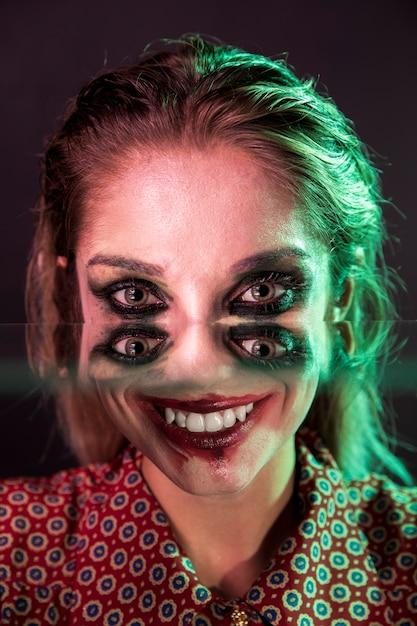 Griezelige halloween-fotografie van een vrouw met vier ogen Gratis Foto