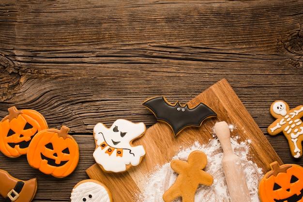 Griezelige halloween-koekjes op een houten achtergrond Gratis Foto