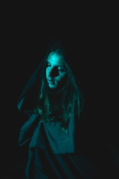 Griezelige man met kaphaar in het donker Gratis Foto