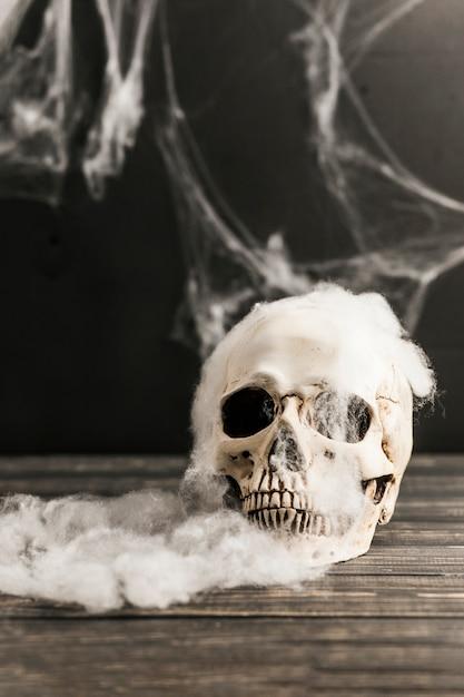 Griezelige schedel en watten Gratis Foto
