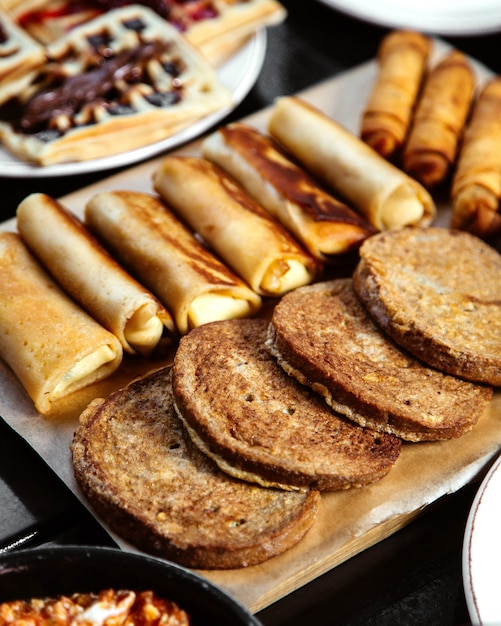 Grijs brood en pannenkoeken met wafels Gratis Foto
