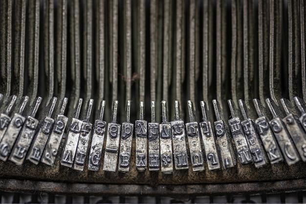 Grijstinten close-up weergave van de binnenste toetsen van een vintage typemachine Gratis Foto