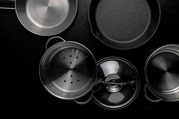Grijstinten overhead schot van metalen pot koekenpan een deksel Gratis Foto