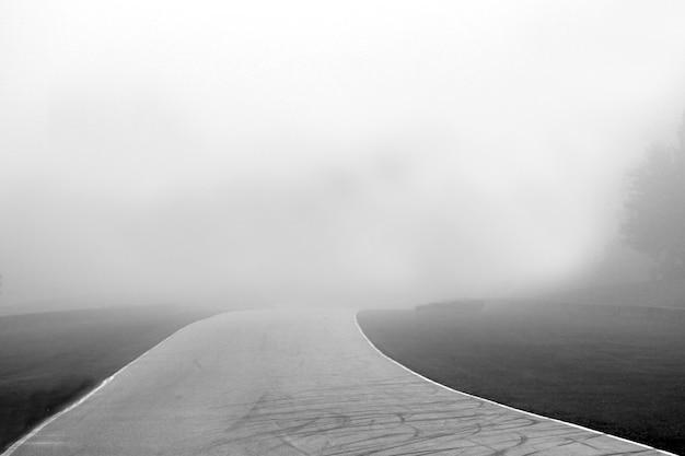Grijstinten shot van een traject met mistige achtergrond Gratis Foto