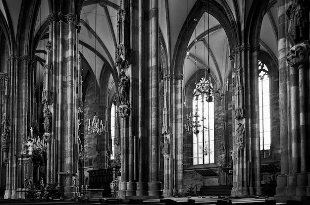 Grijstinten shot van st. stephen's cathedral in wenen, oostenrijk Gratis Foto