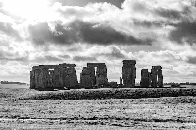 Grijstintenopname van de stonehenge in engeland onder een bewolkte hemel Gratis Foto
