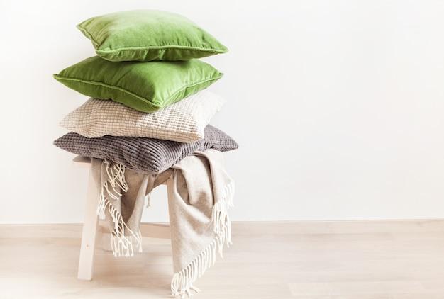 Grijze en groene kussens, gooi. gezellig huis Premium Foto
