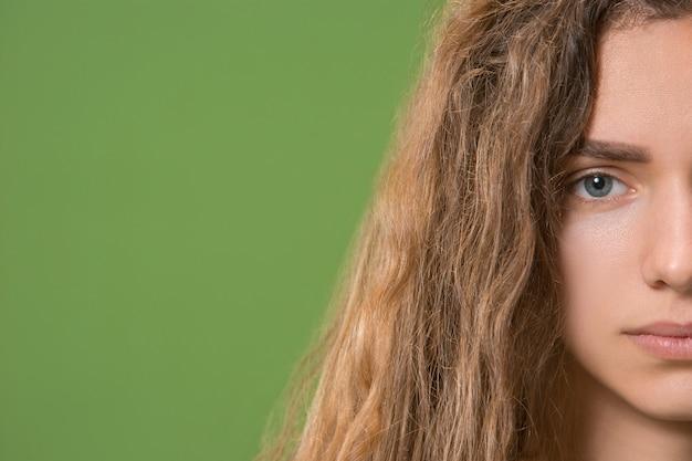 Grijze oog van jonge mooie blanke meisje Gratis Foto