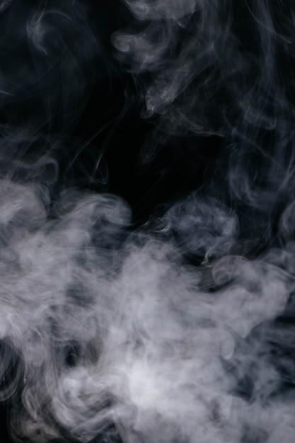 Grijze rookgolven op zwarte achtergrond Gratis Foto